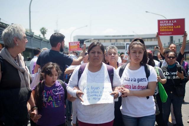 Mirna Lezcano, con sus hijas, camino del punto fronterizo con Estados Unidos, en Nuevo León, acompañada de activistas de la Caravana por la Paz, la Vida y la Justicia. Crédito: Mónica González/Pie de Página