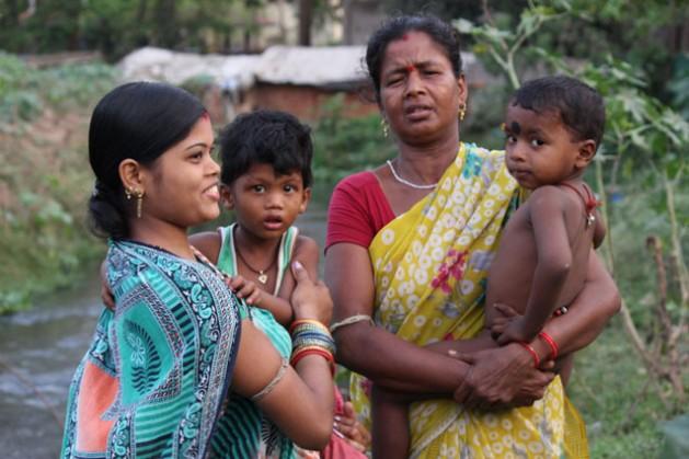 Kalpana Bagha (izquierda) con su hijo en brazos teme a las consecuencias que pueda tener para su familia el desarrollo de un distrito inteligente en Bhubaneswar. Crédito: Manipadma Jena/IPS.