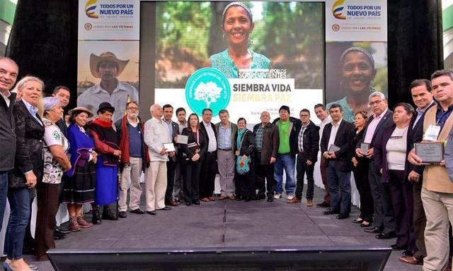 Actores sociales y representantes del gobierno durante la firma de un pacto social y político por la reparación y la paz de Colombia, suscrito el 11 de abril, en el Día Nacional de la Memoria y la Solidaridad con las Víctimas del Conflicto. Crédito: UARIV