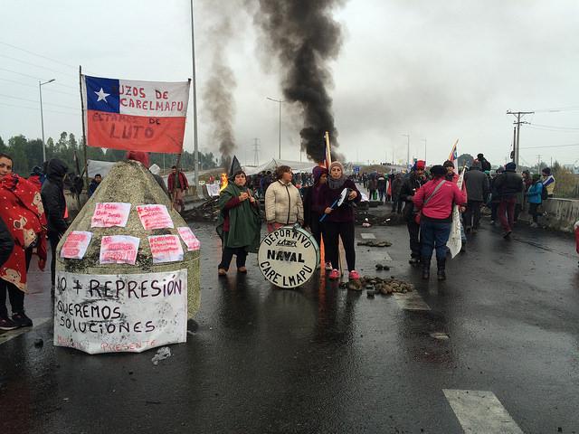 Pescadores de Chiloé mantienen cortada la carretera 5 Sur, en su paso hacia el canal de Chacao, que comunica el continente con Isla Grande. A las protestas de los afectador por la veda pesquera, debido al grave brote de marea roja, se han sumado miles de habitantes del archipiélago, que denuncian décadas de abandono de esta zona del sur de Chile. Crédito: Pilar Pezoa/IPS