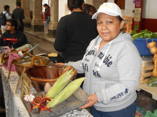 La mexicana Araceli Márquez, mientras se apresta a preparar platillos tradicionales de la rica y nutritiva cocina tradicional de su país, durante una feria popular en el sudeste de Ciudad de México. Crédito: Emilio Godoy/IPS