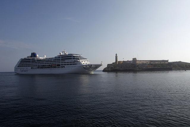El barco de pasajeros Fathom Adonia atracado en la bahía de La Habana, de la compañía estadounidense Carnival, que desde mayo incorporó a Cuba en sus rutas de cruceros semanales por el área del Caribe. Crédito: Jorge Luis Baños/IPS
