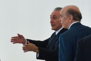 El presidente interino de Brasil, Michel Temer (en segundo plano), y su canciller, José Serra, mientras se dirigen a su primera ceremonia de entrega de credenciales de nuevos embajadores ante su gobierno, el 25 de mayo. Crédito: José Cruz/ Agência Brasil