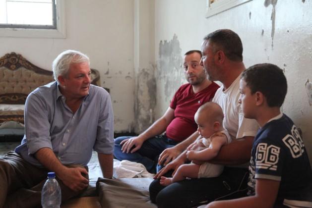 Stephen O'Brien en una visita al barrio Faj Attan de Saná, en Yemen. Crédito: OCHA / Philippe Kropf