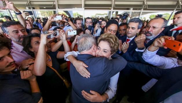 """""""Nunca pensé que tendría que volver a luchar contra un golpe de Estado en Brasil"""", aseguró Dilma Rousseff tras ser suspendida de sus funciones como presidenta, este jueves 12 de mayo, antes de abandonar el Palacio de Planalto, sede del gobierno, y fundirse en el exterior en un abrazo con el exmandatario Luiz Inácio Lula da Silva. Crédito: Ricardo Stuckert/Instituto Lula"""