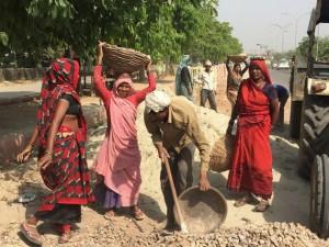 Muchos migrantes de Bangladesh y de las ciudades costeras de India trabajan en el sector de la construcción y viven en barrios pobres. Crédito: Neeta Lal / IPS