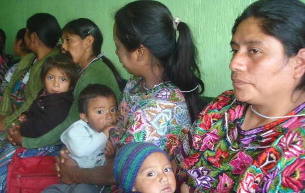 Mujeres, niñas y niños indígenas en Guatemala están entre las personas perjudicadas por las compañías mineras canadienses. Crédito: Danilo Valladares/IPS.