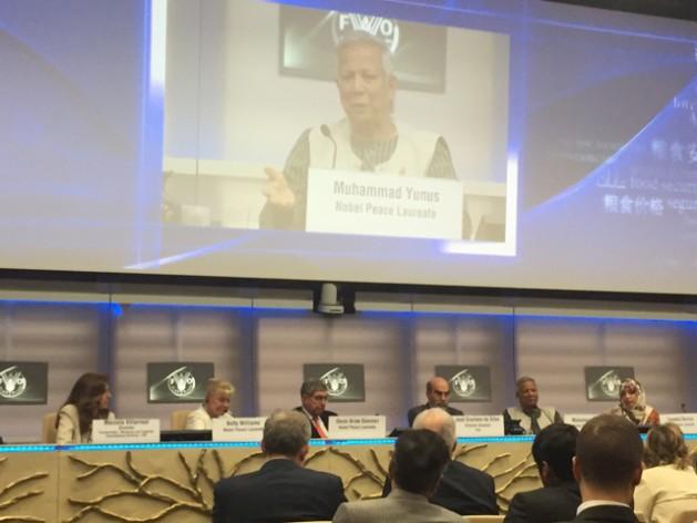 Muhammad Yunus se dirige a los participantes del lanzamiento de la Alianza por la Seguridad Alimentaria y la Paz FAO-Premios Nobel.