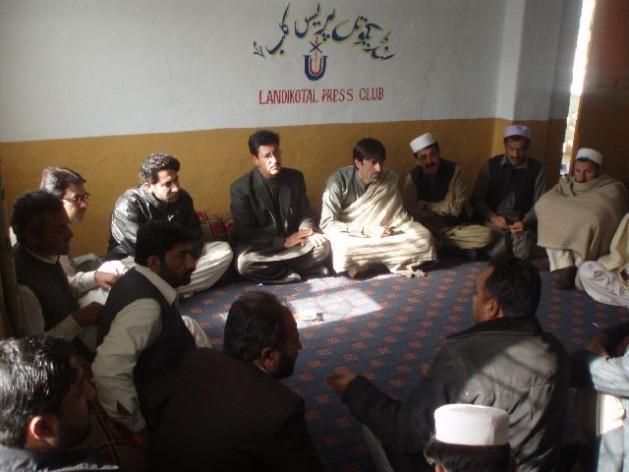 Periodistas reunidos en el club de la prensa Landikotal en la agencia de Jyber, Pakistán. Crédito: Ashfaq Yusufzai/IPS.