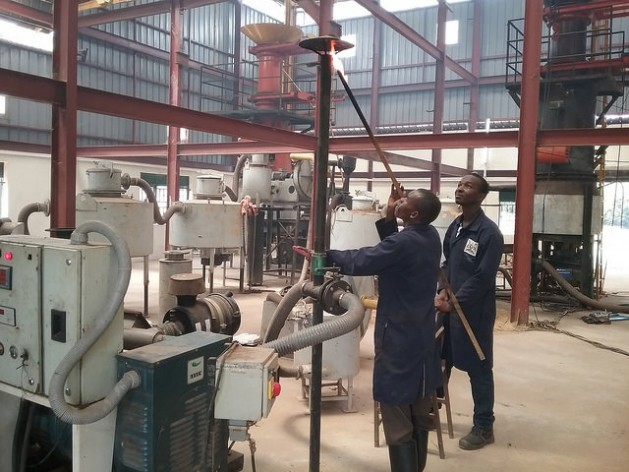 Obreros en la planta de gasificación de Nyabyeya, en Uganda. Crédito: Michael Wambi/IPS