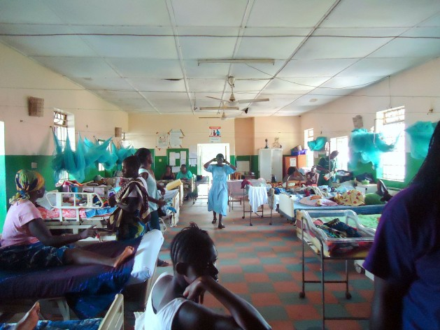 Una sala de maternidad en Port Loko, Sierra Leona. Crédito: Mohamed Fofanah / IPS.