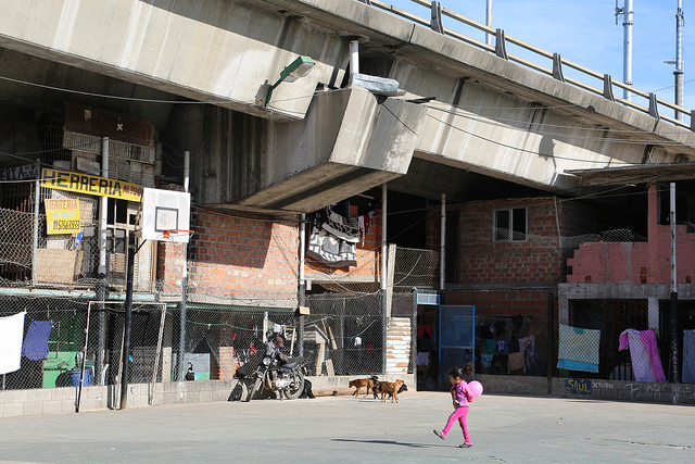 Bajo Autopista, un barrio de Villa 31, incrustado en la vía rápida y a pocos pasos del barrio del Retiro, uno de los más cotizados de Buenos Aires, en Argentina. Al menos 111 millones de los habitantes urbanos de América Latina viven en tugurios. Crédito: Fabiana Frayssinet/IPS