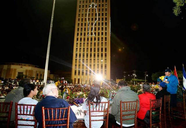 El mandatario Daniel Ortega, de píe a la derecha, durante el VI Congreso Sandinista, que el 4 de junio cumplió con el trámite de proclamarlo nuevamentesu nueva proclamación como candidato a la presidencia de Nicaragua. En el edificio, la silueta de Julio César Sandino, el héroe de la resistencia nicaragüense. Crédito: La Voz del Sandinismo