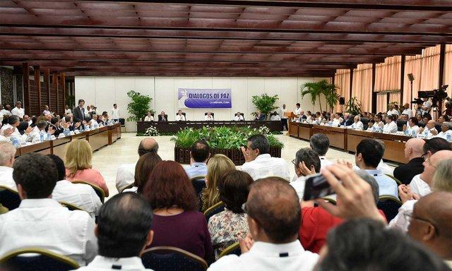 Los participantes en el histórico acto aplauden durante la firma del acuerdo del cese al fuego definitivo entre el gobierno de Colombia y la guerrilla de las FARC, el 23 de junio en La Habana, que representa el fin de la guerra en el país y pone punto final al ciclo de lucha armada en América Latina. Crédito: CEPAL