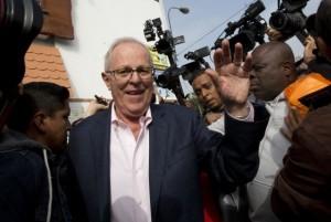 El considerado virtual presidente electo de Perú, Pedro Pablo Kuczynski, a la salida de su vivienda en Lima, mientras esperaba el recuento de 100 por ciento de los votos, que confirmen un triunfo por unos pocos miles de votos. Crédito: Cortesía de La República