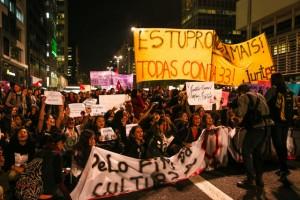"""""""Violación nunca más, todas contra 33"""", rezó la pancarta al frente de una multitudinaria protesta de mujeres en la ciudad de São Paulo, convocada el 8 de junio bajo el lema """"Por todas ellas"""". Las manifestaciones contra la cultura machista en Brasil se han multiplicado por las ciudades de Brasil, tras el escándalo de la violación colectiva a una adolescente. Crédito: Paulo Pinto/AGPT"""