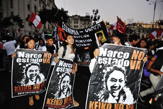 """""""Narco Estado no va, Keiko no va"""", el mantra que se repitió en carteles y consignas durante las multitudinaria protesta del 31 de mayo en Lima y otras muchas ciudades de Perú, contra el probable triunfo electoral de la candidata presidencial Keiko Fujimori. Crédito: Cortesía de La República"""