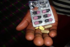 El mayor acceso al tratamiento con antirretrovirales disminuyó en 43 por ciento las muertes derivadas del VIH/sida. Crédito: Miriam Gathigah/IPS.
