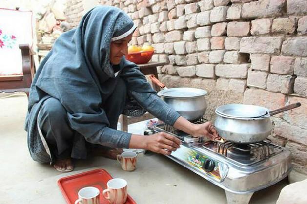 Nabela Zainab prepara té en una cocina a biogás en su casa del distrito de Faisalabad, en la provincia de Punyab, en Pakistán. Esa alternativa permitió eliminar la contaminación aérea y mejorar su salud. Crédito: Saleem Shaikh/IPS.