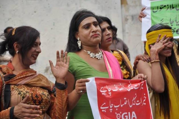 Mujeres trans protestan ante el Ministerio de Bienestar Social en Sindh, Pakistán. Crédito: Alianza de Género Interactiva