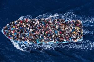 Cientos de personas refugiadas a bordo de un barco pesquero poco antes de ser rescatadas por la Armada italiana en el marco de la operación Mare Nostrum, en junio de 2014. Crédito: Massimo Sestini/Guardia Costera italiana. Fuente: Centro de Noticias, ONU.