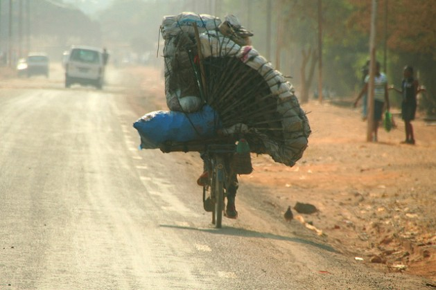 Un congoleño transporta carbón vegetal en su bicicleta fuera de Lubumbashi, en República Democrática del Congo. Crédito: Miriam Mannak/IPS.