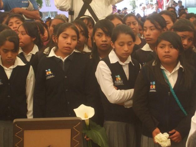 Alumnos de un centro de educación secundaria, durante un funeral por un estudiante asesinado en julio de 2014, en un pueblo del estado de Puebla, en México. Crédito: Daniela Pastrana /IPS