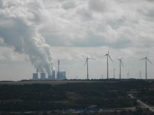 Las energías eólica y solar conviven todavía en Alemania con la de los combustibles fósiles. Un parque eólico al lado de una de las plantas eléctricas abastecidas por lignito en el estado occidental de Renania del Norte-Westfalia. Crédito: Emilio Godoy/IPS