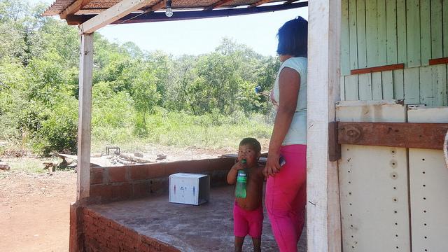 Una madre adolescente en el municipio rural de Bonpland, en la norteña provincia argentina de Misiones. América Latina es la segunda región del mundo en fecundidad temprana, detrás de África subsahariana. Crédito: Fabiana Frayssinet/IPS
