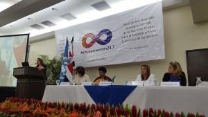 La copresidenta del Panel de Alto Nivel del Secretario General de las Naciones Unidas para el Empoderamiento Económico de las Mujeres y presidenta ejecutiva de IKEA Suiza, Simona Scarpaleggia (centro) y la directora ejecutiva de ONU Mujeres, Phumzile Mlambo-Ngcuka (derecha), durante su intervención en la sesión celebrada en San José de Costa Rica. Crédito: Diego Arguedas Ortiz/IPS