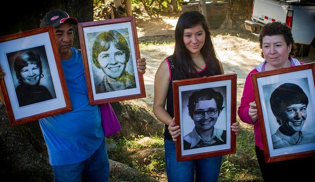 Residentes de La Hacienda, en el central departamento de La Paz, en El Salvador, sostienen los retratos de las cuatro religiosas estadounidenses asesinadas en 1980 por elementos de la Guardia Nacional, durante los actos en diciembre de 2015 para conmemorar los 35 años del crimen en el lugar de su ejecución. Crédito: Edgardo Ayala/IPS