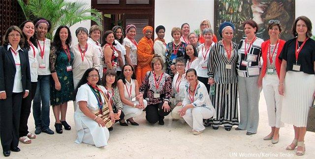Representantes de la Subcomisión de Género de la Mesa de los Diálogos de Paz de Colombia rodean a la representante especial de la ONU sobre la Violencia Sexual en los Conflictos, Zainab Hawa Bangura (en el centro a la izquierda), y a la directora ejecutiva de ONU Mujeres, Phumzile Mlambo-Ngcuka, durante la presentación de los primeros resultados de la inédita iniciativa, el 23 de julio en La Habana, Cuba. Crédito: Karina Terán/ONU Mujeres
