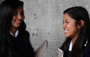 Dos adolescentes mexicanas en su centro de estudios. Invertir en la educación de las adolescentes latinoamericanas se considera el camino para que ellas se transformen en motores del desarrollo sostenible de sus sociedades en el futuro. Crédito: UNFPA LAC