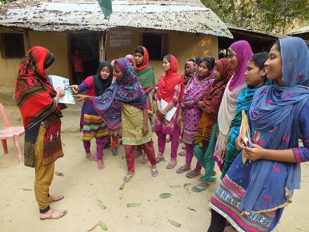Un grupo de jóvenes asiste a una sesión de Shonglap en la localidad de Cox'z Bazar, en Bangladesh, para hablar sobre los derechos legales de las adolescentes. Crédito: Naimul Haq / IPS