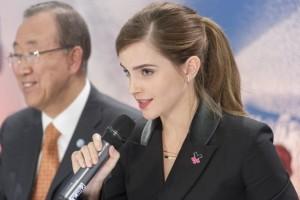 Emma Watson, embajadora de Buena Voluntad de ONU Mujeres, y el secretario general de la ONU, Ban Ki-moon. Crédito: Mark Garten/UN Photo.