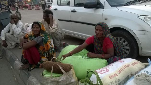 Todos los días llegan migrantes a las estaciones de tren de Nueva Delhi, procedentes de distintas regiones de India, escapando de las inundaciones y la sequía. Crédito: Neeta Lal/IPS.