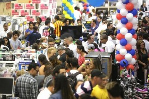 Consumidores en las cajas de una gran tienda de electrodomésticos, durante un día de ofertas especiales, que atraen a los brasileños a gastar más de los que sus bolsillos permiten, con apoyo de las tarjetas de crédito, lo que los mantiene fuertemente endeudados. Crédito: Paulo Pinto/Fotos Públicas
