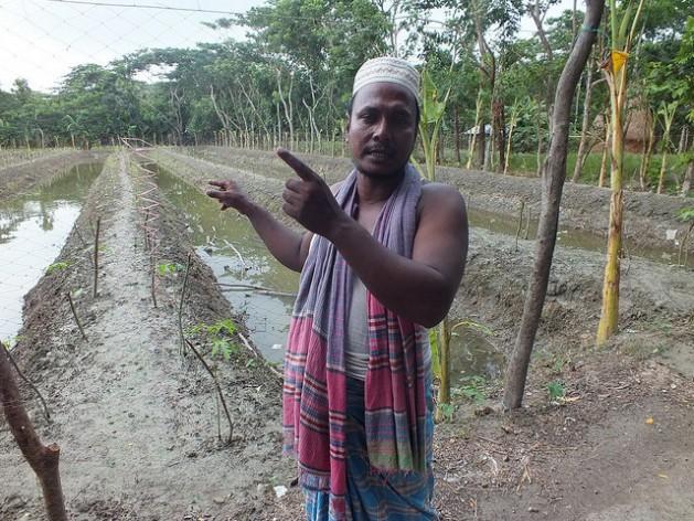 El agricultor de Bangladesh Aktar Hossain utiliza el modelo Sarjan. Crédito: Naimul Haq / IPS