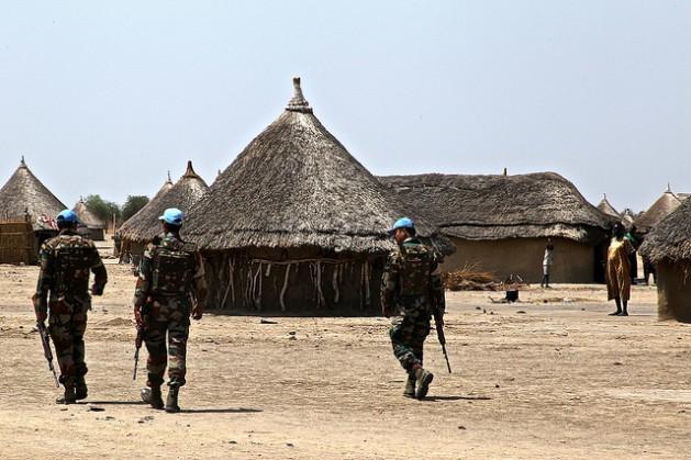 Una patrulla de la misión de mantenimiento de la paz de la ONU recorre la aldea de Yuai, en Sudán del Sur, a principios de 2016. Crédito: Jared Ferrie/IPS.