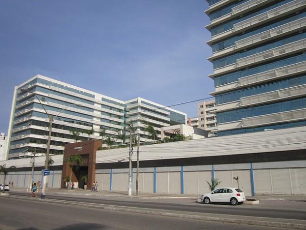"""Un moderno conjunto de edificios, con todas sus oficinas, tiendas y locales vacíos. Es uno de los muchos """"elefantes blancos"""" que dejó en la ciudad de Itaboraí, cerca de Río de Janeiro, un abortado megaproyecto petroquímico y petrolero en el sudeste de Brasil. Crédito: Mario Osava/IPS https://c2.staticflickr.com/6/5663/22376690782_920848f8bd_o.jpg"""
