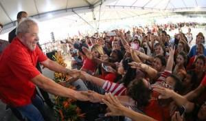 El expresidente de Brasil, Luiz Inácio Lula da Silva saluda a un grupo de simpatizantes, en un acto en julio en la ciudad de Juazeiro, cuando fue declarado ciudadano de esa urbe del nororiental estado de Bahia. Crédito: Ricardo Stuckert/Instituto Lula