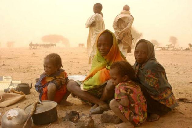 Jóvenes recién llegados de la región sudanesa de Darfur soportan una tormenta de arena en la región fronteriza de Bamina, en el este de Chad. Las lluvias disminiuyen allí desde 1950, lo que sumado a la deforestación, tuvo consecuencias devastadoras para el ambiente. Crédito: H.Caux/©UNHCR