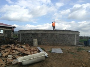 Técnicos del Banco de Agua de África dan los últimos retoques a un tanque de acopio en el área de Duka Moja, en el condado de Narok, en Kenia. Crédito: Justus Wanzala/IPS.