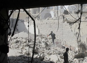 Un grupo de voluntarios de defensa civil busca sobrevivientes tras un ataque con bomba de barril en Alepo, Siria, en agosto de 2014. Crédito: Shelly Kittleson/IPS.