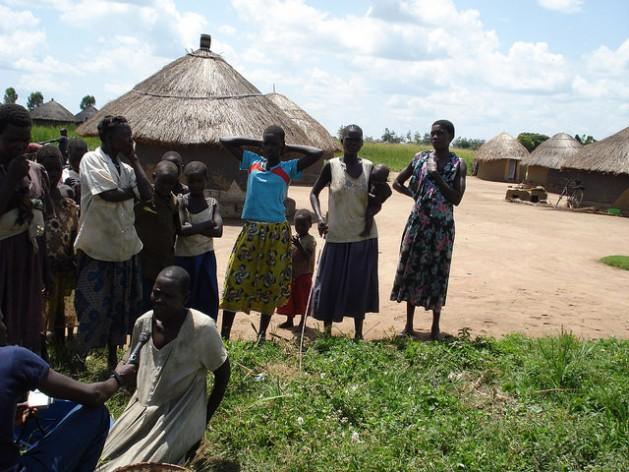 Una especialista en realizar la mutilación genital femenina en Kapchorwa, Uganda, habla con una periodista. Las mujeres de esta localidad fueorn capacitadas por la organización REACH para generar conciencia sobre la necesidad de poner fin a esta práctica. Crédito: Joshua Kyalimpa/IPS.