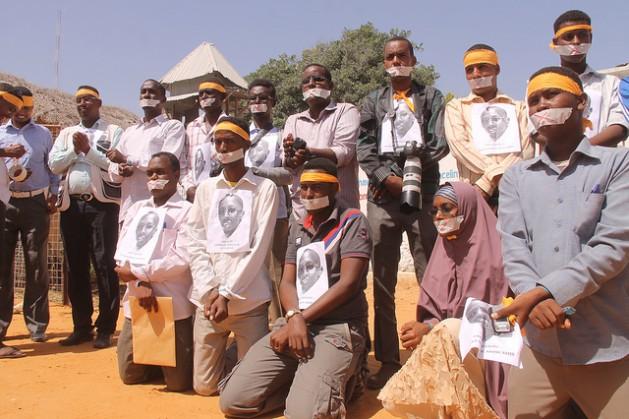 Periodistas somalíes protestan el 27 de enero de 2013 contra la detención de su colega Abdiaziz Abdinur Ibrahim, arrestado por escribir un artículo sobre una mujer violada en grupo por efectivos de las fuerzas regulares de Somalia. Crédito: Abdurrahman Warsameh/IPS.