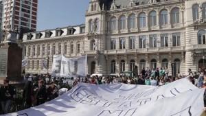 """Con un """"abrazo"""" a la sede del Ministerio de Educación, en Buenos Aires, protestaron representantes del sector contra los despidos masivos y los cambios en un área que ha sido clave hasta ahora en las políticas de inclusión en Argentina. Crédito: Guido Fontán/IPS"""