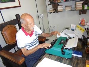 Euro Tourinho, director y propietario del diario Alto Madeira, que formó generaciones de periodistas en el estado noroccidental de Rondônia, en Brasil. A los 94 años, es la historia viva de esa región amazónica de pasado azaroso y presente incierto, gran proveedora de hidroelectricidad para el país. Crédito: Mario Osava/IPS