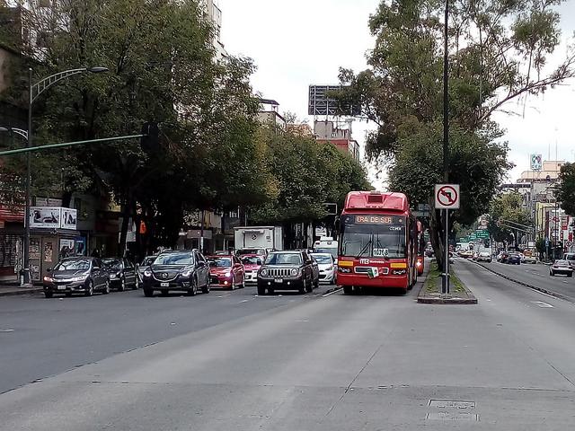 El transporte es uno de los servicios que pueden mejorar con el modelo de ciudades inteligentes. En la imagen, una unidad de Metrobús, servicio público que usa unidades articuladas que circulan en carril confinado, recorre la céntrica avenida Insurgentes en Ciudad de México. Crédito: Emilio Godoy/IPS