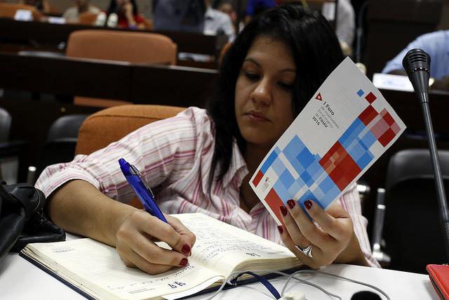 Una periodista toma notas durante la presentación del I Foro de Inversión a celebrarse durante la 34 Feria Internacional de La Habana (Fihav), que acogerá la capital de Cuba entre el 31 de octubre y el 4 de noviembre. Crédito: Jorge Luis Baños/IPS